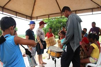 Crianças e adolescentes aprenderam a percussão.