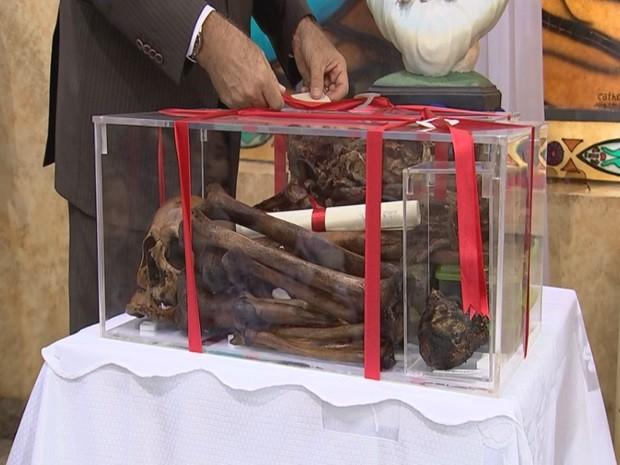 Restos mortais do vigário. A direita o coração constituído de músculos a artérias com a aparente durabilidade dos osssos.