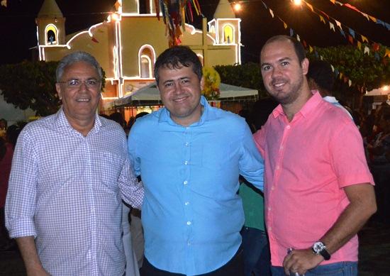 Alex na cidade de Retirolândia acompanhou a procissão ao lado do advogado Tiago Mascarenhas e o ex-prefeito José Albérico (Bequinho)