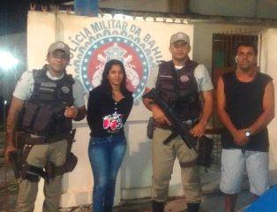 Na foto, os policiais e os proprietários do veículo, que  os agradeceram