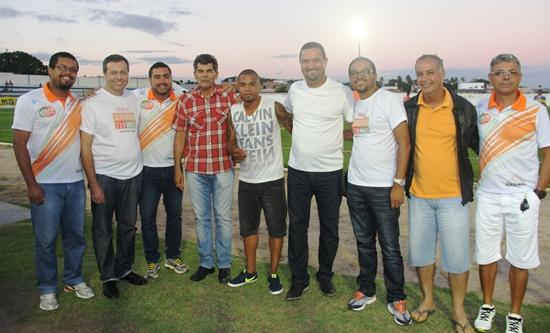 Prefeito Osni Cardoso no Estadio Mariano Santana ao lado do jogador Nadson filho da terra, deputado Gika Lopes e secretários.