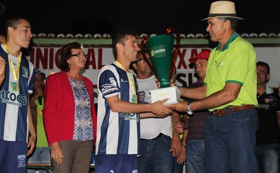 Capitão da seleção de Riachão recebe troféu das mãos do prefeito Eliezer Costa.