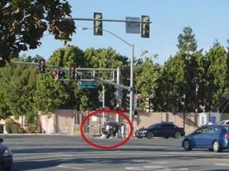 Um policial arriscou sua vida para salvar um motorista de ser atingido por um trem após a vítima ter batido seu carro em uma travessia ferroviária em Sunnyvale