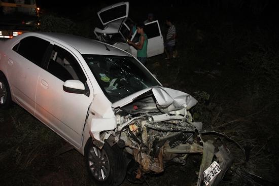 O Fiat Uno ficou virado depois da colisão, nesta foto populares desviraram.