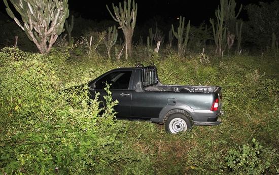 Fiat Strada depois de atingir dois carros parou no mato. Foto: Raimundo Mascarenhas