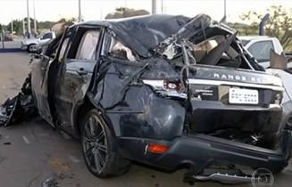 Cantor no banco da frente colocava de imediato o cinto de segurança. Estava deitado no colo dela no momento do acidente e ambos sem cinto.
