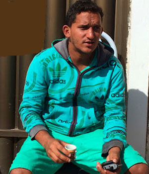 Proprietário ficou na porta do imóvel. Foto: Carlino Souza.