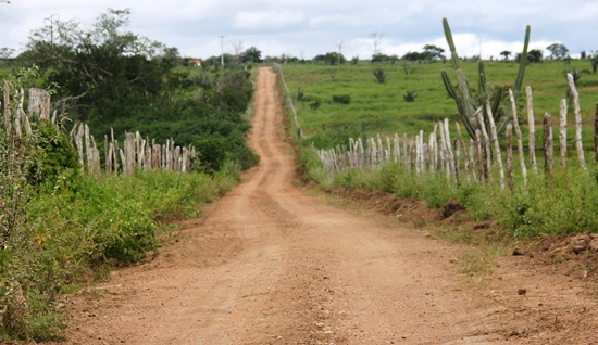 Estrada vicinal liga Chapada ao acude do Cedro e é paralela ao BA 120.