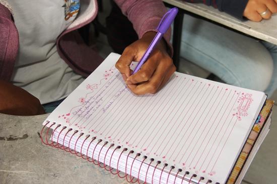 A posição como está sendo escrita por Bianca facilita a leitura para quem estar a sua frente, no caso o professor.
