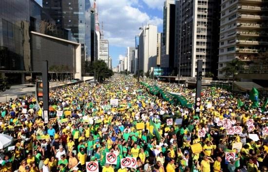 Protesto na Avenida Paulista em São Paulo reuniu 350 mil, segundo a PM, 1 milhão, segundo organizadores e 135, segundo o Datafolha (Foto: Paulo Whitaker/Reuters)
