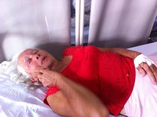 O estado de saúde da Idosa é instável e receberá alta após passar pelos procedimentos de desintoxicação
