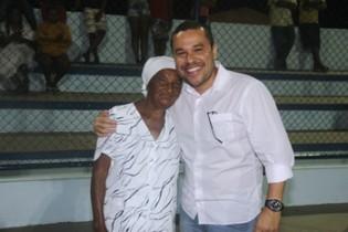 Moradora doadora do terreno ao lado do prefeito demonstrava a satisfação pela obra.
