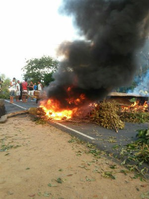 Protesto interdita dois sentidos da BA-420 (Foto: Samile Macedo/Site:Voz da Bahia)