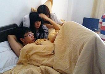 Morador de Dongguan se diverte com suas duas namoradas