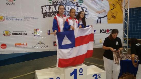 Isabela (centro) filha de Holandês segurando a bandeira da Bahia com muito orgulho.
