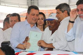 Agricultor recebe título de terra das mãos do governador Rui Costa e do secretário de Desenvolvimento Rural - SDR Jeronimo Rodrigues