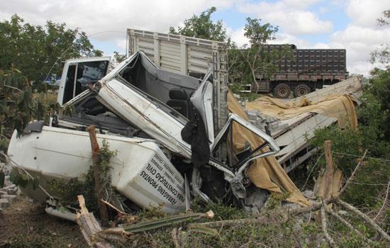 Situação da cabine do caminhão que atingiu o outro caminhão e o carona da moto. Condutor teve ferimentos leves.