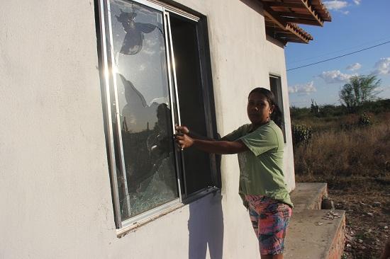 Muitas portas de vidro estão quebradas.