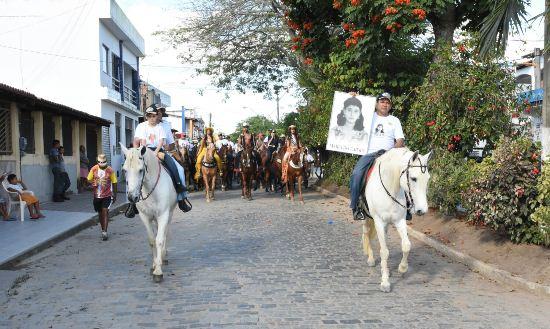 Vardinho Serra conduz a foto da sua mãe Maria do Carmo.