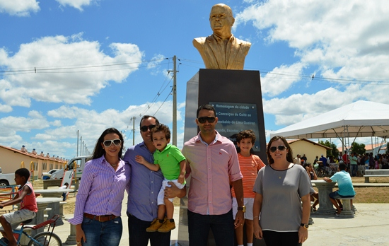 Filhos e netos ao lado do busto.