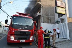Bombeiro controlou o fogo por volta das 18h.