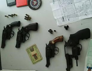 Suspeitos portavam quatro revólveres, segundo a polícia