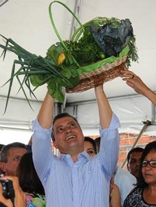 Governador ergue como troféu uma cesta composta com produtos da agricultura familiar.