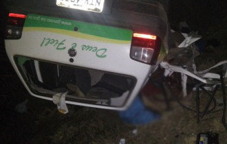 Veículo capotou após ser atingido pela carreta.