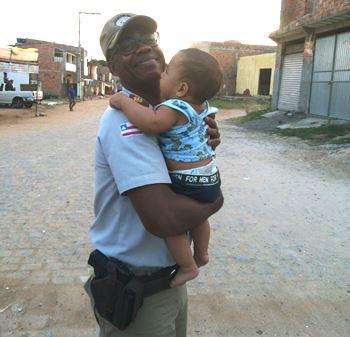Tenente coronel Nilton Paixão - se diverte com uma criança.