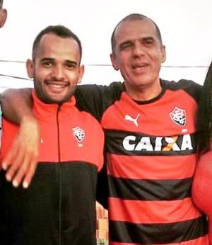 Aroldo ao lado do filho Luan, ambos fanáticos pelo Vitoria.