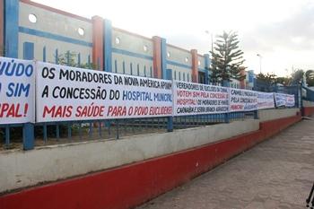 Manifestação em prol do hospital ser passado para um rede estava na entrada do Educandário.