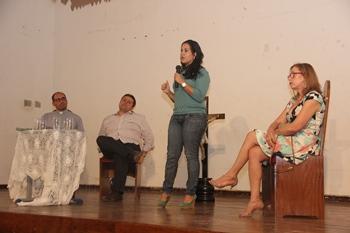 Secretária Luciana teve a dupla missão de falar da importância da aprovação e defender o governo, já que foi criticado no mesmo ato por vereadores e principal opositor ao Governo.