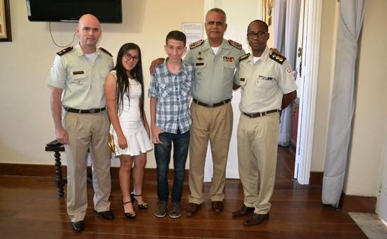 Da esquerda para a direita: Tenente Laerth Lopes, Taise Carneiro, Daniel Carneiro, coronel Anselmo Brandão e tenente coronel Nilton Paixão