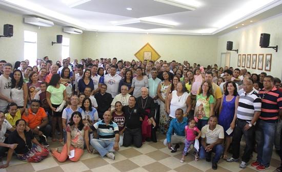 Conforme fez com os jovens, no final do encontro com os casais os bispos posaram para foto oficial. Foto: Raimundo Mascarenhas