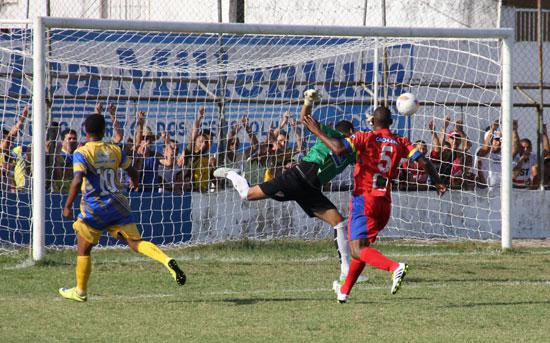 Goleiro Lucas só olhou a bola cair no fundo da rede.