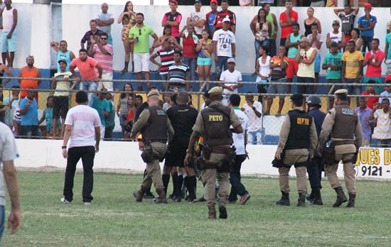 Policiamento teve que proteger o árbitro na saída de campo.