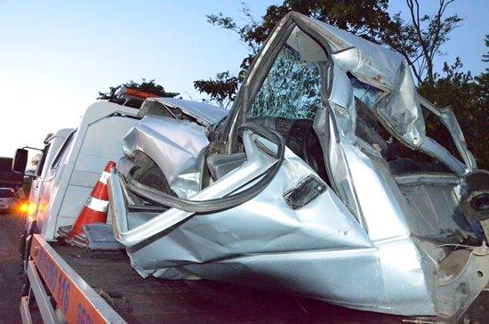 S10 ficou irreconhecível, mas motorista sobreviveu.