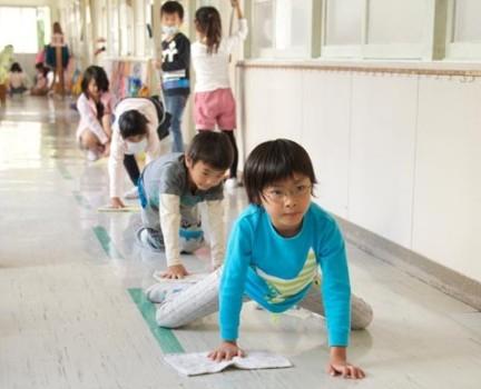 Alunos ajudam em limpeza de escola no Japão