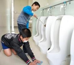 alunos limpando o banheiro