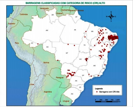 Os pontos vermelhos mostra as barragens com vulnerabilidade em todo Brasil.