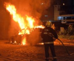 Homem incendiou o único carro da família.
