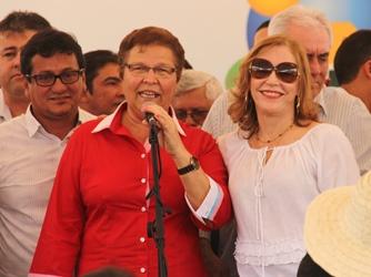 As Fátimas Nunes estiveram juntinhas no palanque. A deputada (de vermelho) é do PT e a de branco (PSD).