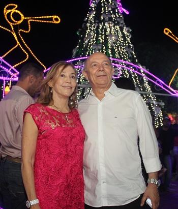 Fátima ao lado do esposo e deputado federal José Nunes comemora momento de alegria com a decoração natalina.