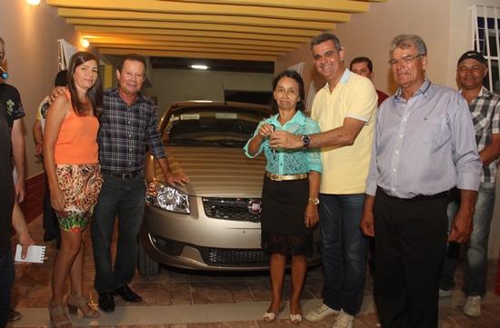 Deputado Sérgio Britto entrega chave do carro a prefeita Benvinda Oliveira.