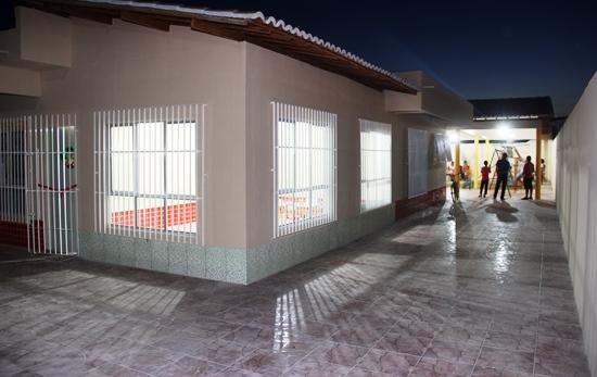 Uma das salas novas, piso e ao fundo o parque infantil coberto.