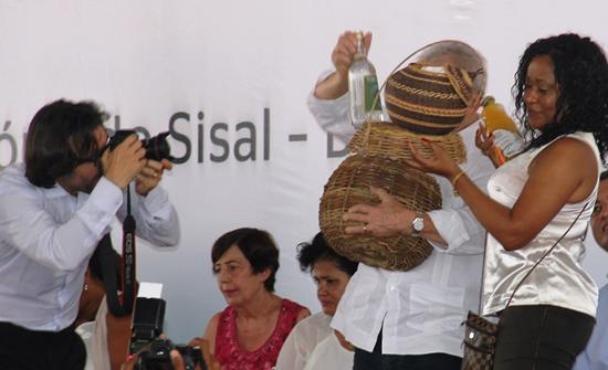 Ele ficou encoberto com as cestas, mas o fotografo do Instituto Lula viu acara de felicidade dele,