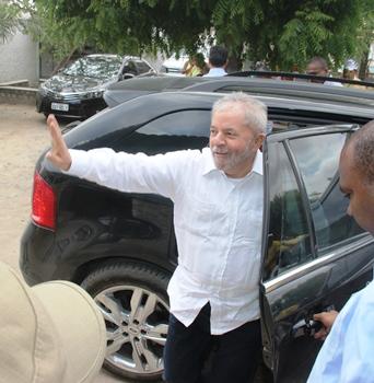 Ex-presidente mostrou popularidade e de quebra fez Rui nadar também de carro.