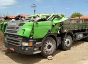 Motorista teve apenas ferimentos leves.