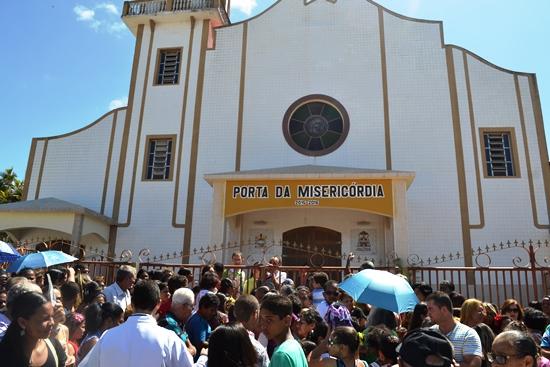 Catedral de Senhora Santana em Serrinha - Fiéis aguardando a abertura da porta. Foto: Raimundo Mascarenhas