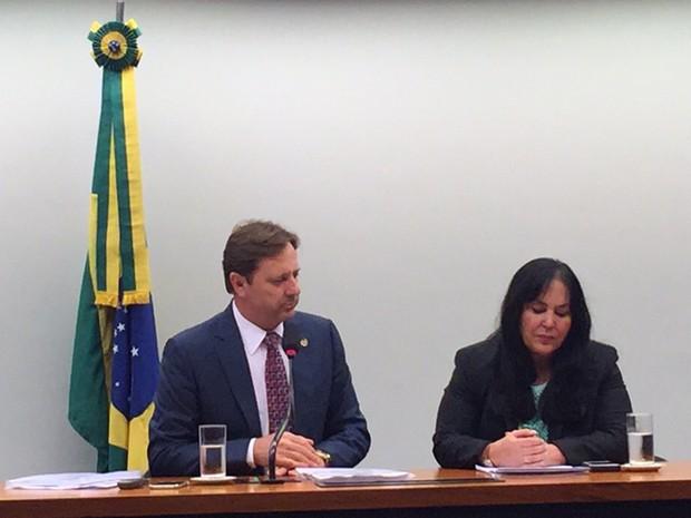 O relator das contas, Acir Gurgacz (PDT-RO), e a presidente da Comissão Mista de Orçamento, Rose de Freitas